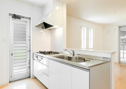 名古屋市守山区のメゾネット賃貸アパートの勝手口が側にあり明るいオープンキッチン