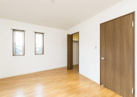 名古屋市名東区のメゾネット賃貸アパートの収納の付いた洋室の写真