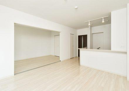 名古屋市名東区の2階建て賃貸マンションの白を基調としたLDK&洋室
