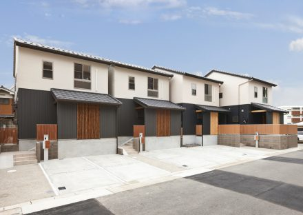 名古屋市名東区の戸建賃貸の格子の色がアクセントの外観デザイン