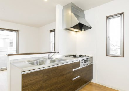 名古屋市名東区のメゾネット賃貸アパートの窓があり明るいオープンキッチン