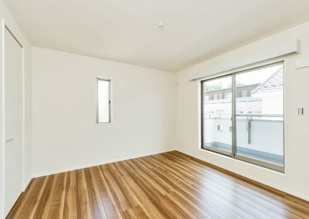 名古屋市名東区の戸建賃貸住宅のバルコニーのある木目調のフローリングの洋室