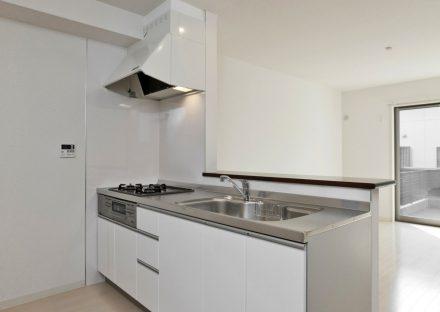 名古屋市天白区のメゾネット賃貸アパートの白で統一されてたオープンキッチン
