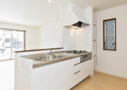 名古屋市昭和区のメゾネット賃貸アパートの明るい白色オープンキッチン