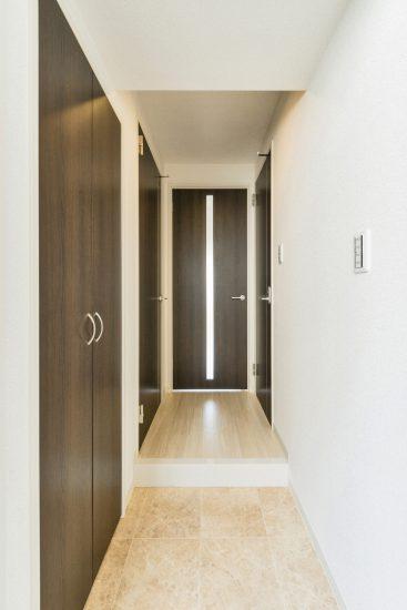 名古屋市中区のワンルームマンションのスリットの付いたドアのある玄関ホール