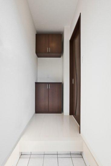 名古屋市天白区のメゾネット賃貸アパートの収納付きのシンプルな玄関