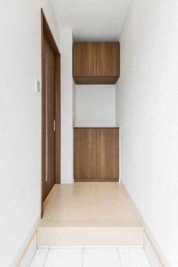 名古屋市昭和区のメゾネット賃貸アパートの飾り棚付きのシンプルな玄関