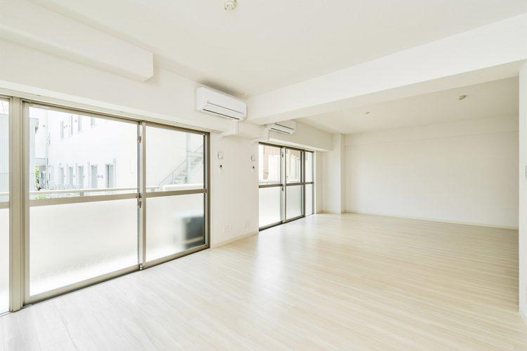 名古屋市中区のワンルームマンションの窓が大きく明るい洋室