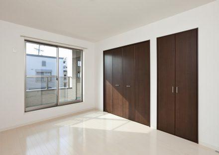 名古屋市天白区のメゾネット賃貸アパートのベランダのある収納付き洋室