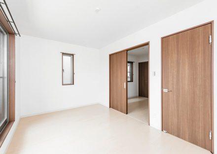 名古屋市昭和区のメゾネット賃貸アパートの明るい2階洋室写真