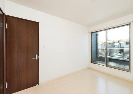 名古屋市緑区の戸建賃貸住宅のバルコニー付き洋室