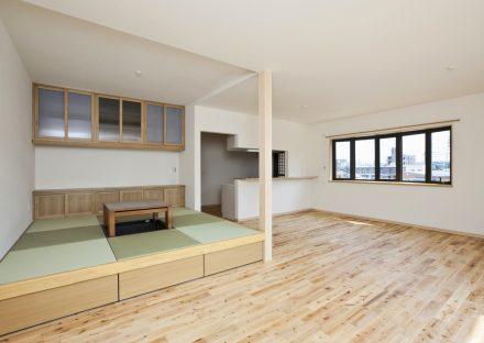 名古屋市緑区の注文住宅の畳コーナでくつろぎのリビング