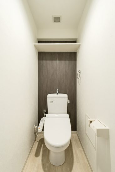 名古屋市中区のワンルームマンションの棚付きシンプルなトイレ