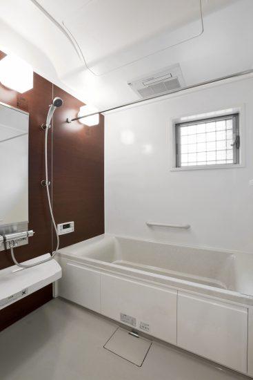名古屋市名東区の戸建賃貸の窓付きのゆったりサイズのバスルーム