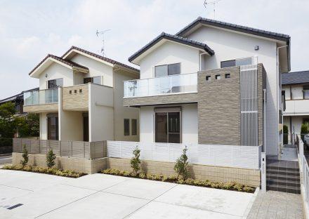 名古屋市名東区の戸建賃貸住宅のナチュラルカラーのバルコニー付おしゃれな外観デザイン