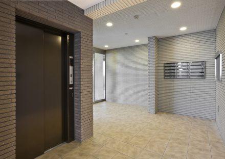 名古屋市名東区の賃貸マンションのレンガ調の壁のエレベーターホール