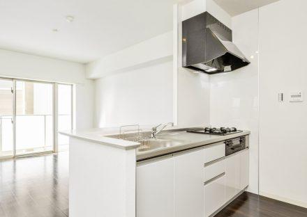 名古屋市名東区の2階建て賃貸マンションの明るいオープンキッチン