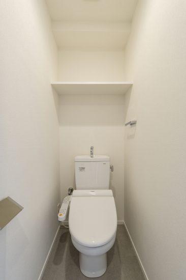 名古屋市北区のワンルームマンションのシンプルな棚付きのトイレ