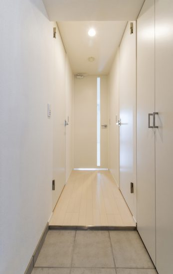 名古屋市北区のワンルームマンションのナチュラルカラーの収納付きの玄関