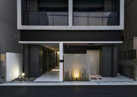 名古屋市北区のワンルームマンションの黒い壁が高級感を出すエントランス