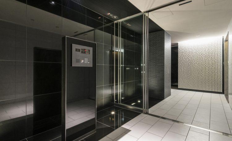 名古屋市北区のワンルームマンションのモノトーンでスタイリッシュなエントランス