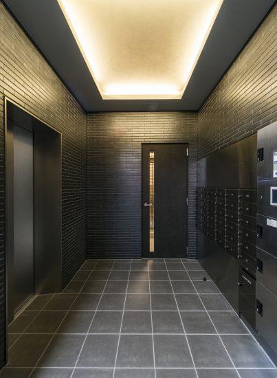 名古屋市北区のワンルームマンションの黒で統一されたメールボックスと宅配ボックス