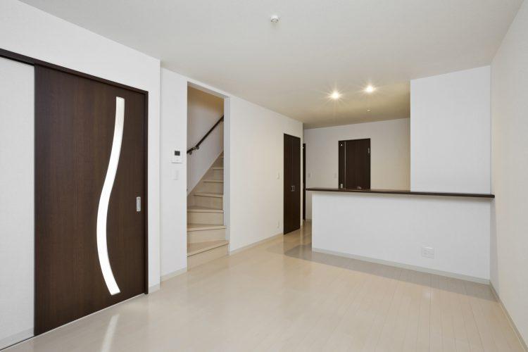 名古屋市天白区のメゾネット賃貸アパートのドアのスリットがアクセントのLDK