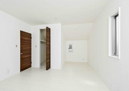 名古屋市名東区の戸建賃貸住宅のウォークインクローゼット付き洋室