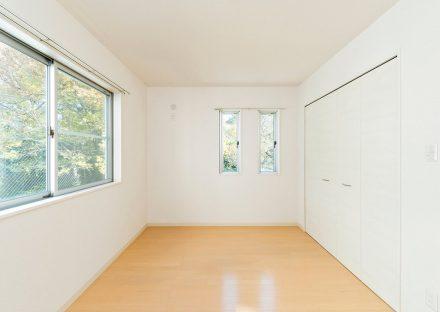 名古屋市守山区のメゾネット賃貸アパートの自然が見える収納付き洋室
