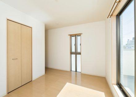 名古屋市名東区の戸建賃貸住宅のバルコニーのある収納付き2階洋室