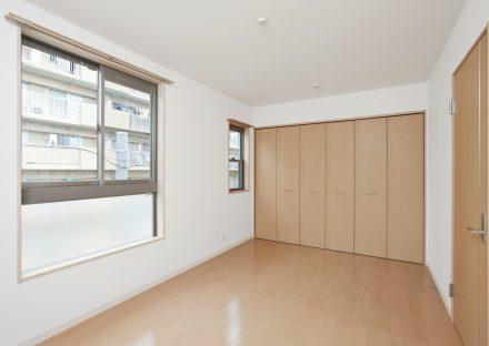 名古屋市名東区の戸建賃貸の明るい収納付き洋室