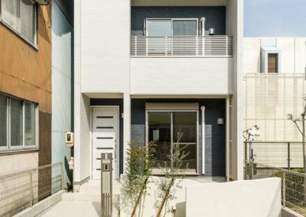 名古屋市北区の白を基調に紺色をアクセントカラーにしたスタイリッシュな雰囲気の戸建賃貸住宅