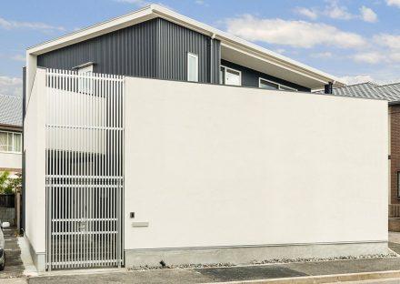 名古屋市千種区の注文住宅の高い塀のあるおしゃれな外観デザイン