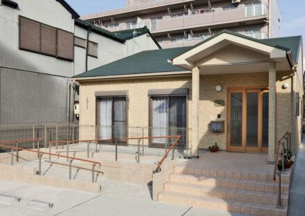 名古屋市名東区の介護施設のスロープ付きの玄関