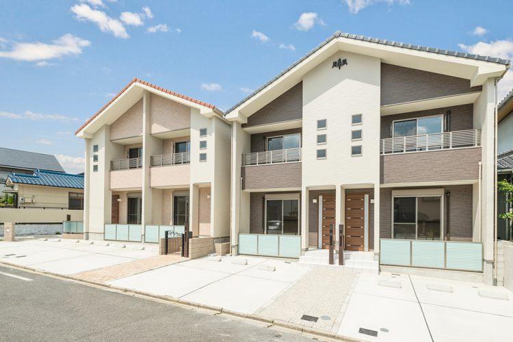 名古屋市昭和区の三角屋根の色違いのメゾネット賃貸アパート2棟