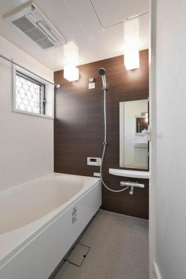 名古屋市天白区のメゾネット賃貸アパートの窓付きのゆったりとしたバスルーム