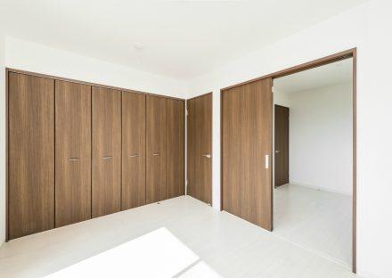 名古屋市北区の戸建賃貸住宅の収納たっぷりの木目の建具の洋室