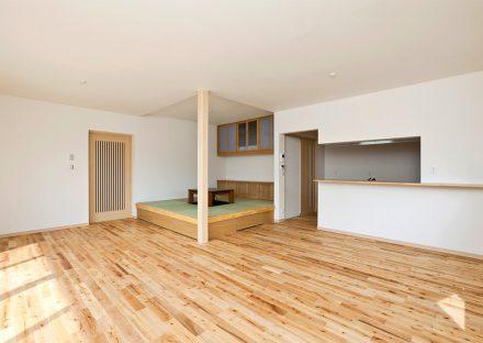 名古屋市緑区の注文住宅の広いLDKに畳コーナー