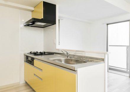 名古屋市名東区の賃貸マンションのナチュラルカラーの部屋の黄色いキッチン