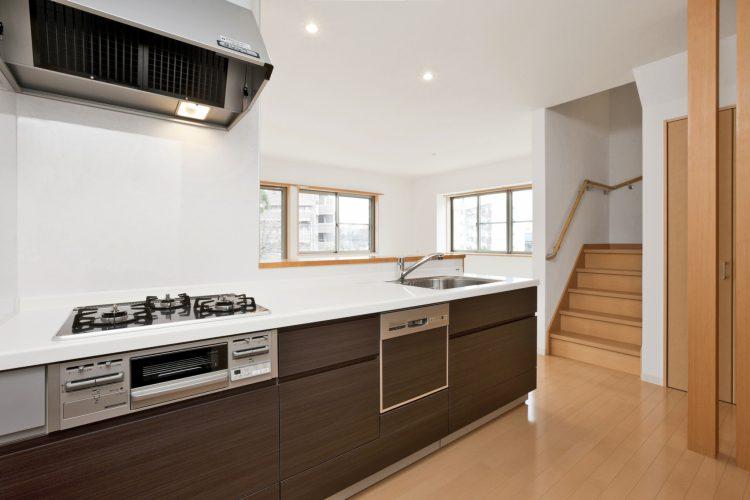 名古屋市名東区の戸建賃貸の調理スペースの広いオープンキッチン