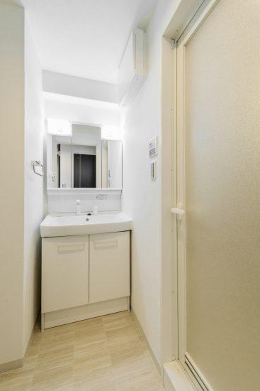 名古屋市中区のワンルームマンションの白で統一された洗面室