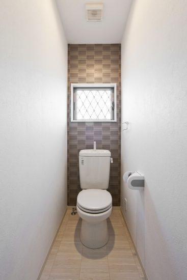名古屋市天白区のメゾネット賃貸アパートのシンプルな窓付きのトイレ