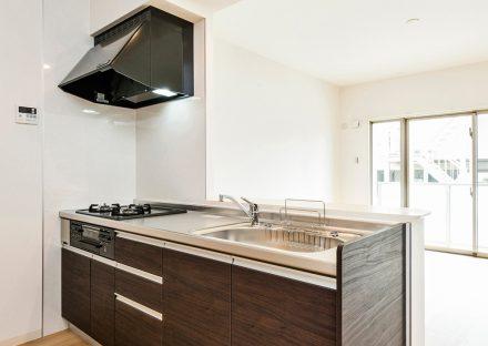 名古屋市西区の全室角部屋賃貸マンションの白を基調とした部屋に映えるダークブラウンのキッチン