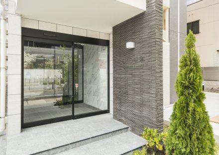 名古屋市東区の賃貸マンションの植栽のあるエントランス