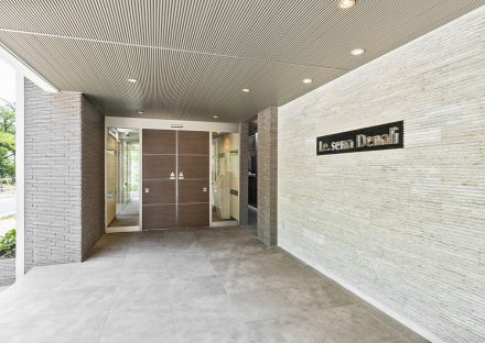 名古屋市名東区の賃貸マンションの明るい高級感あるエントランス