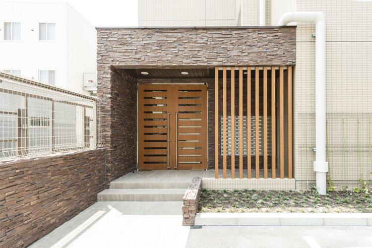 名古屋市中区のワンルームマンションの格子が付いた高級感あるエントランス