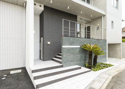 名古屋市天白区の2階建て賃貸マンションの植栽がありおしゃれなエントランス