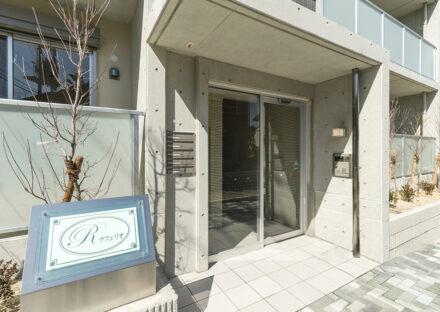 名古屋市緑区の全室角部屋2階建てマンションのコンクリート打ちっぱなしのおしゃれなエントランス