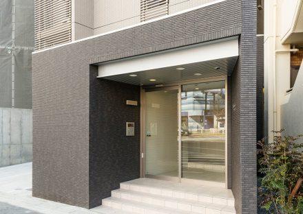 名古屋市名東区の賃貸マンションの重厚感があるエントランスデザイン