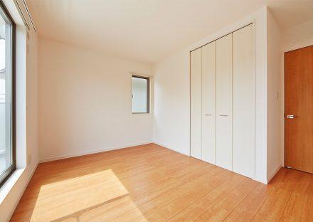 名古屋市名東区の戸建賃貸住宅の木目のフローリングの収納付き洋室